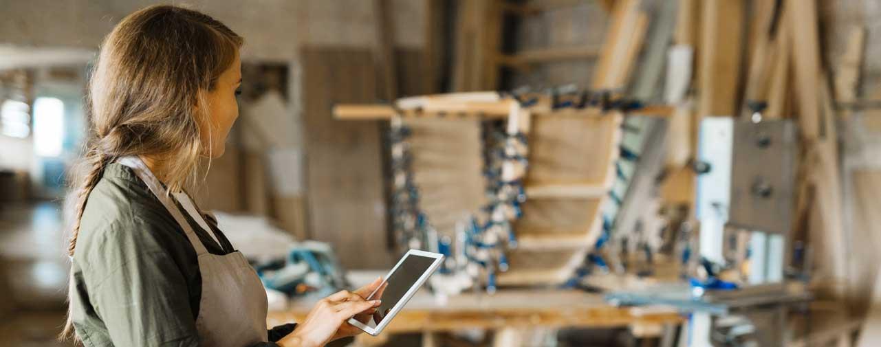 Một nữ chủ doanh nghiệp thực hiện tính toán chi phí nguyên vật liệu trong cửa hàng của mình.