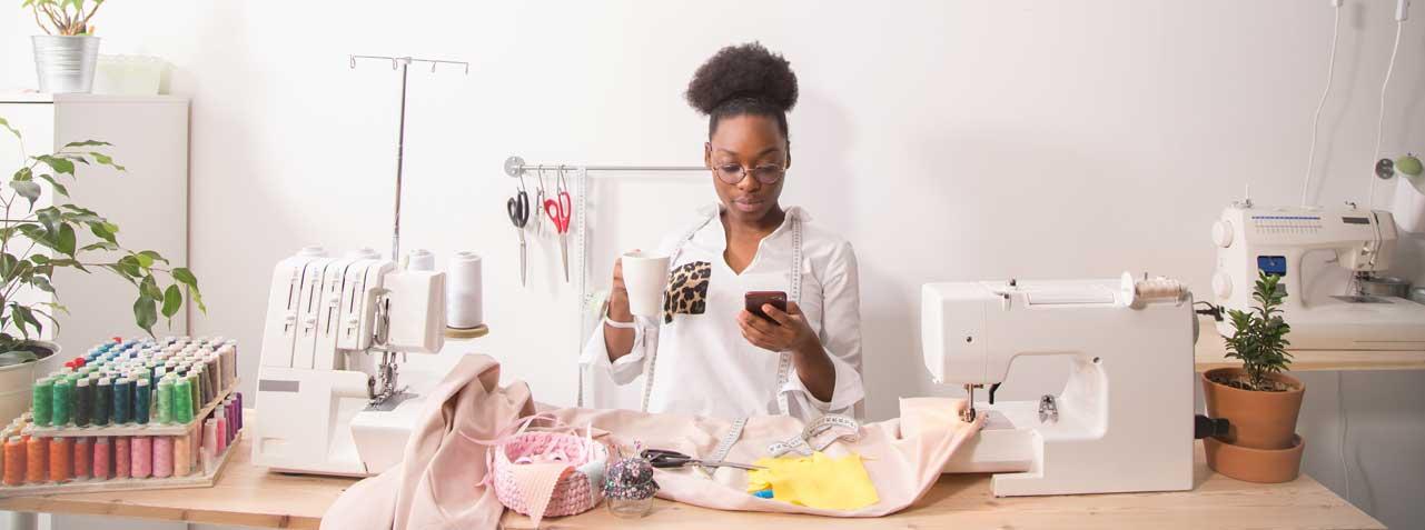 Modni dizajner prima poziv od klijenta.